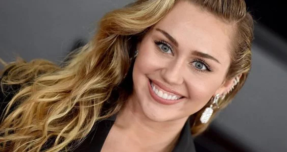 Miley Cyrus diz que sua sexualidade foi a razão de ter se afastado da igreja
